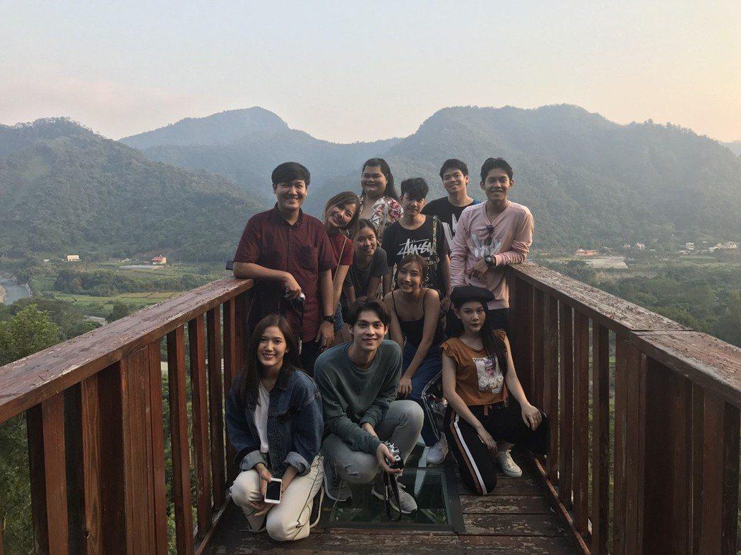 泰國網紅「快樂寶拉」(後中)與踩線團成員登上天空步道鳥瞰山林景致。圖/泰雅渡假村...