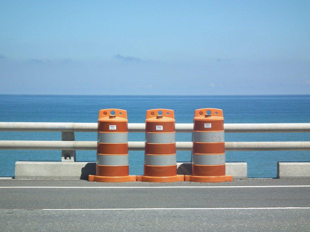簍空式鋼管護欄,無論安全性、排水性、視野透空性,都比舊式水泥紐澤西護欄佳。記者尤...