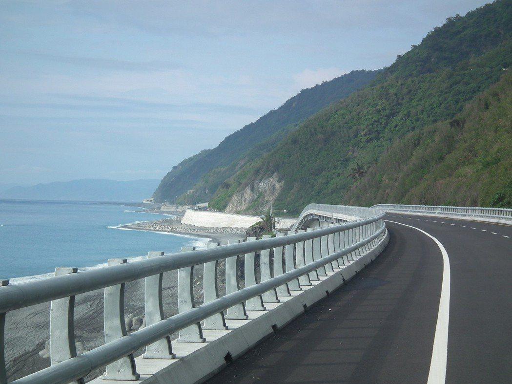 南迴公路採用簍空式鋼管護欄的路段,令人眼睛為之一亮,大受用路人好評。記者尤聰光/...