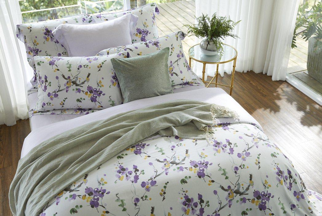 奼紫嫣紅天絲印花床組,售價7,980元。圖/東妮寢飾提供