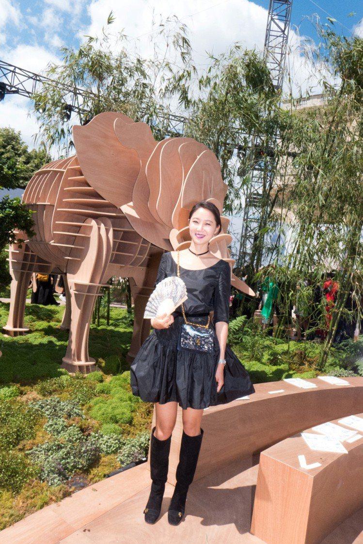 孔曉振在觀賞巴黎高訂秀時,即選擇C'est Dior系列包款與長靴。圖/Dior...
