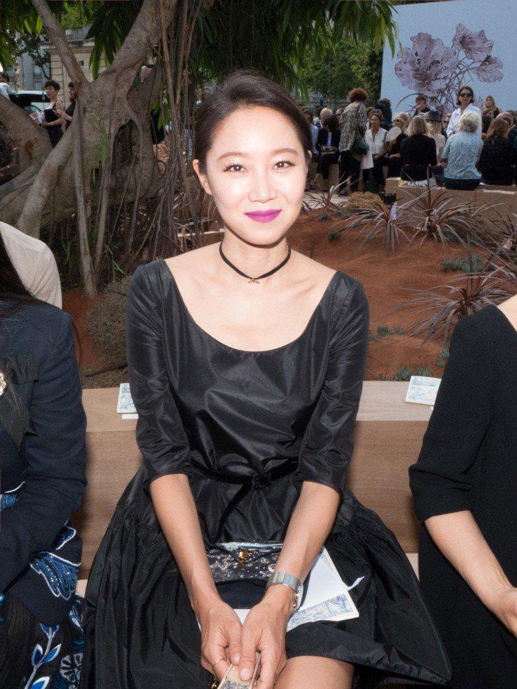 孔曉振出席巴黎高訂秀時選背C'est Dior包款。圖/Dior提供