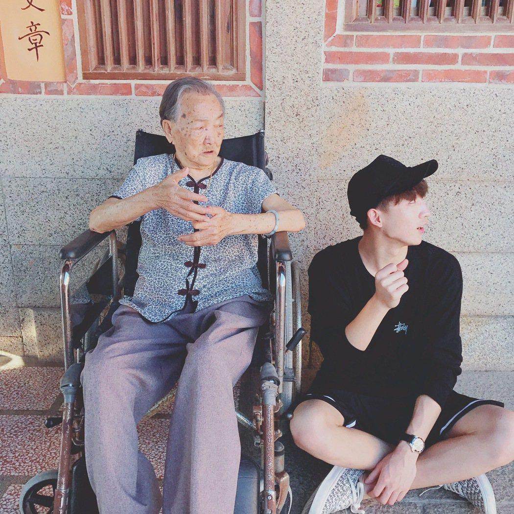 黃宏軒和奶奶感情好,但奶奶已失憶。 圖/華研提供