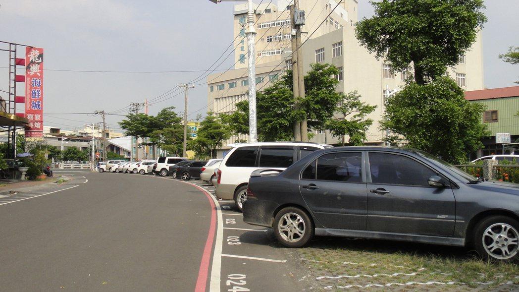 東港鎮光復路段有路邊停車格但數量有限,假日通常滿位且跟碼頭距離太遠。記者蔣繼平/...