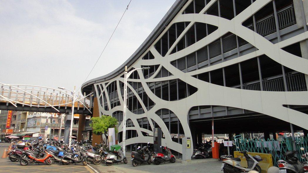 東港鎮民國63年都市計畫共規劃11處停車場,但僅蓋了一個東港漁港立體停車場。記者...