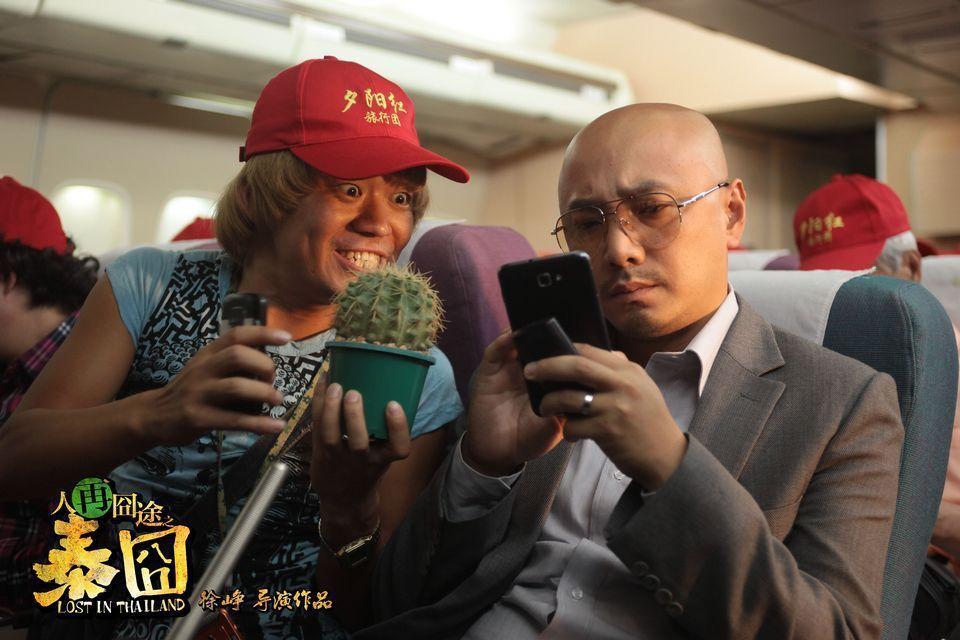 徐崢(右)的「囧」系列電影曾是票房保證,但他的老搭檔王寶強(左)首部導演作品「大...