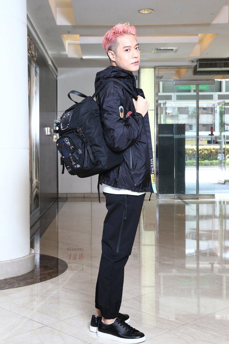 周湯豪穿PRADA黑色貼布裝飾尼龍外套46,500元、白色棉T恤7,500元、黑...