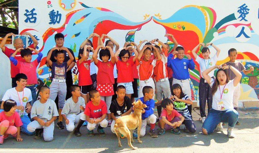 崑山科技大學視覺傳達設計系學生,今年暑假教台東泰源國小學生繪畫,讓校園圍牆煥然一...