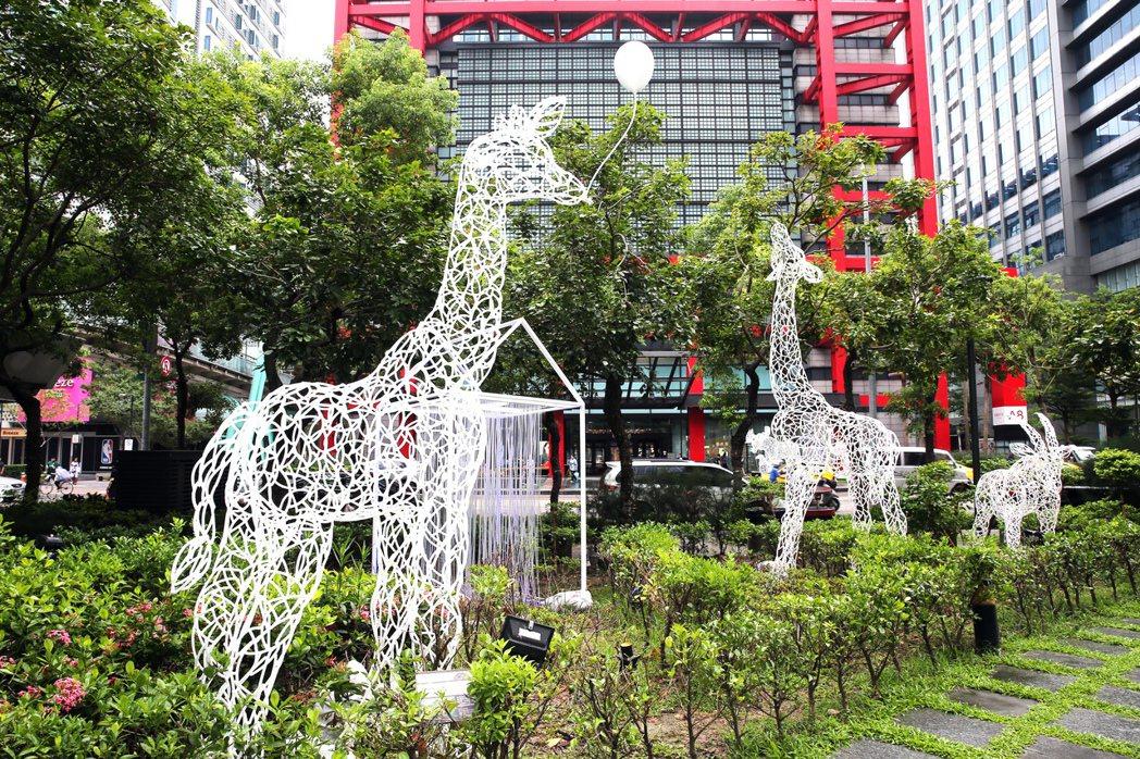 台灣線性雕塑藝術家任大賢以其擅長的鐵件雕塑,打造一個屬於新光三越都會叢林的動物世...