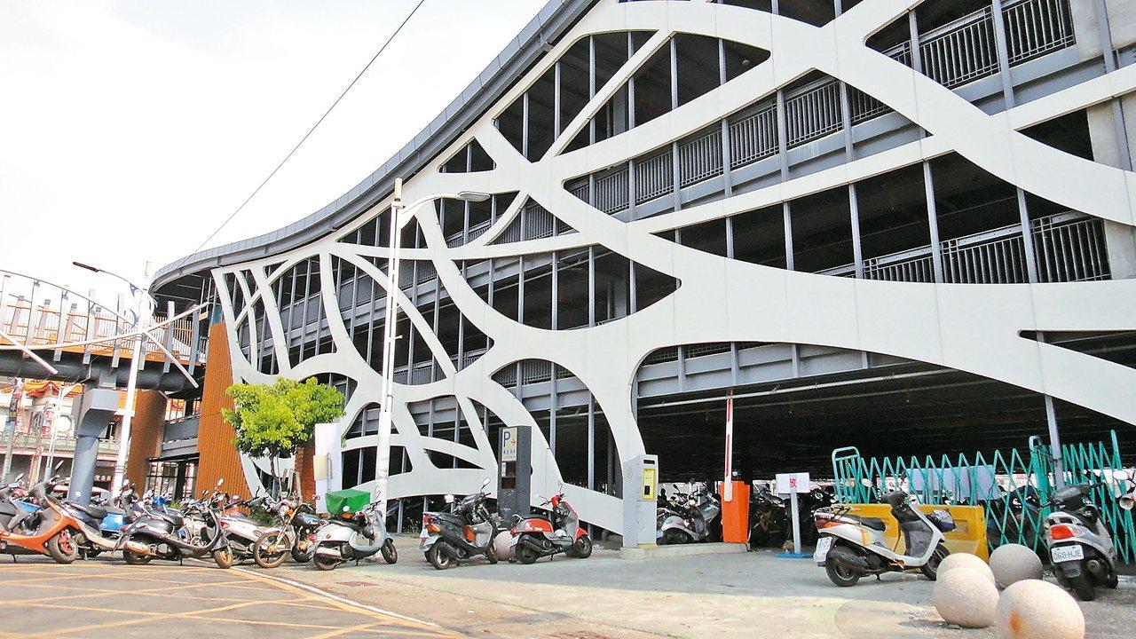 東港漁港立體停車場預計10月1日委外營運。 記者蔣繼平/攝影