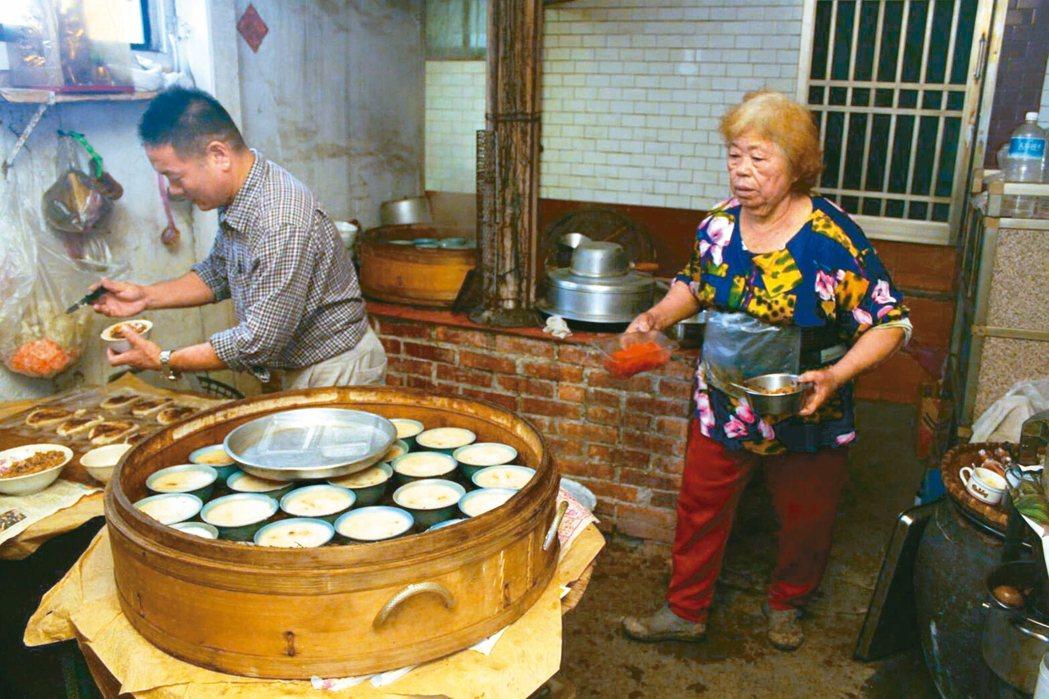 旗山柴燒阿嬤的古早味碗粿販賣近五十年。 本報資料照片