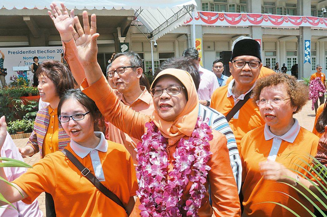 新加坡總統選舉結果13日揭曉,新加坡選舉官中午宣布哈莉瑪自動當選,成為首位女性總...