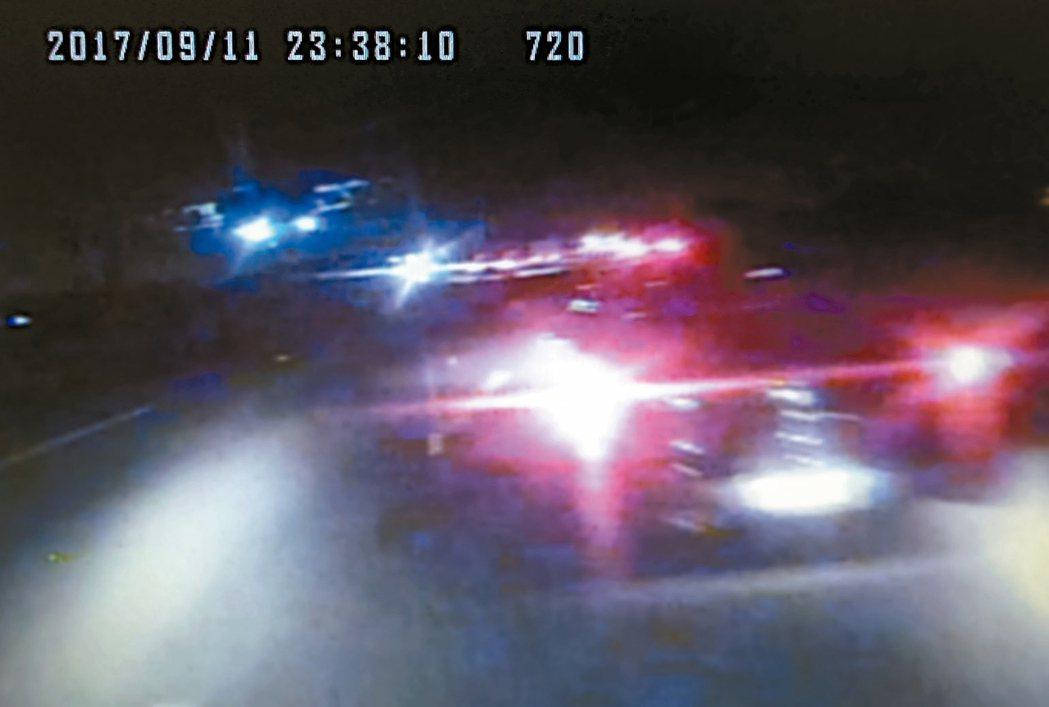 行車記錄器顯示,客運前方的車輛後車燈有亮。阿羅哈客運肇事司機吳恊松昨天複訊後,步...