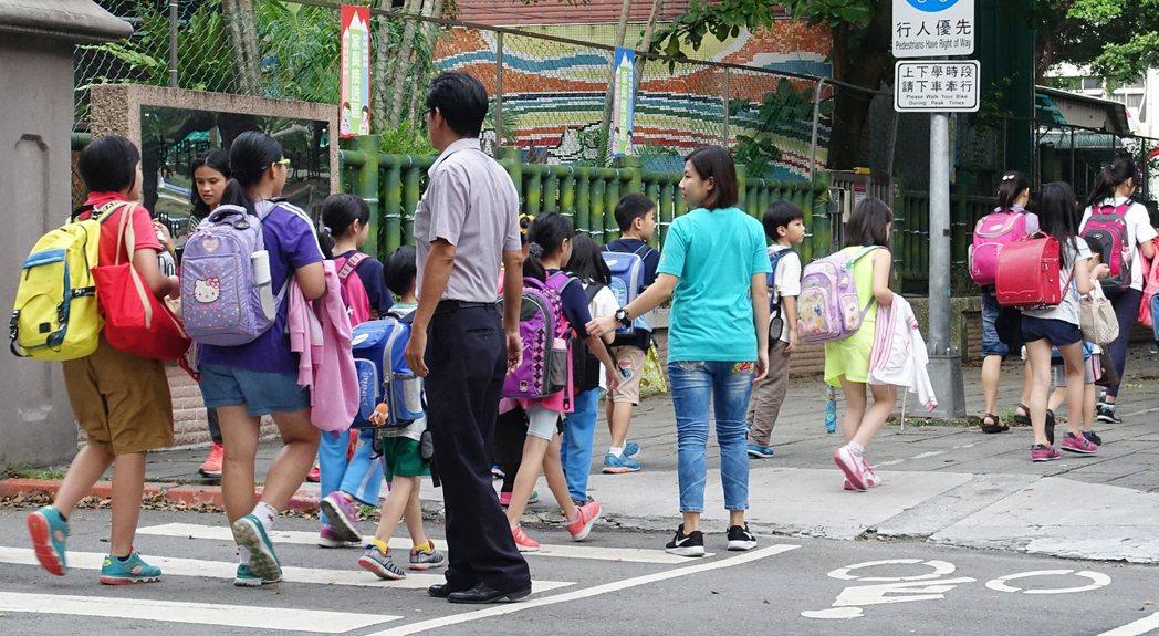 圖為小學生放學情景。本報資料照/記者潘俊宏攝影