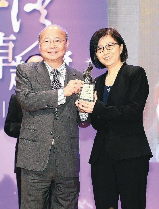 中信銀行財富管理產品處處長阮麗璇(右)代表領獎。 中信銀行/提供