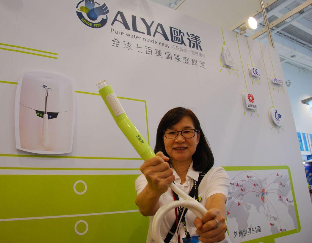 副總經理曹秀敏推薦公司洗樂美SPA除氯精油沐浴器,造型相當精美。 楊鎮州/攝影