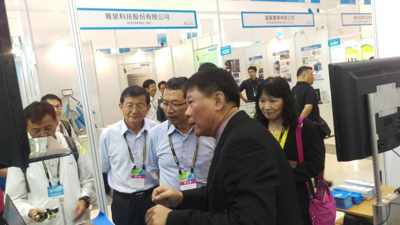 加速智慧水網國際水展台水董事長郭俊銘,了解智慧水管理產品。 洪紹晏/攝影