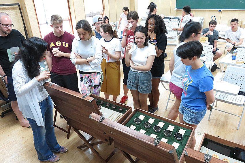 坪林茶業博物館「打開鍊茶師的神祕多寶格」,外籍學生聆聽茶文化解說。 新北市文化局...