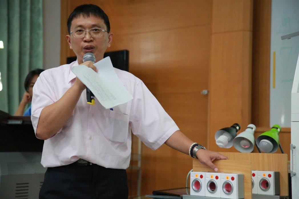 遠東科大資管系老師謝哲人解說作品「監控機台異常狀態方法及其系統」。 遠東科大/提...
