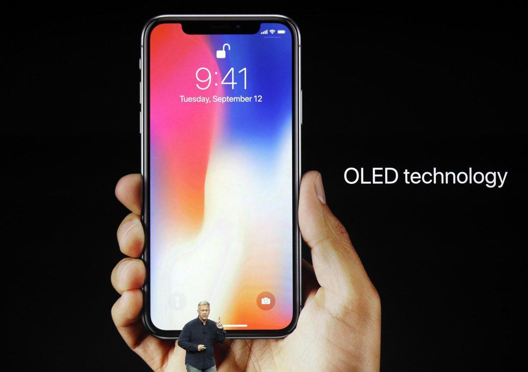 蘋果12日發表最新iPhone,其中最受矚目的iPhone X,更是被執行長庫克...
