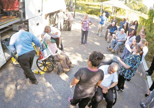 美國佛州一安養院有八名老人疑因停電熱死,圖為因颶風疏散的佛州老人,非新聞當事人。...