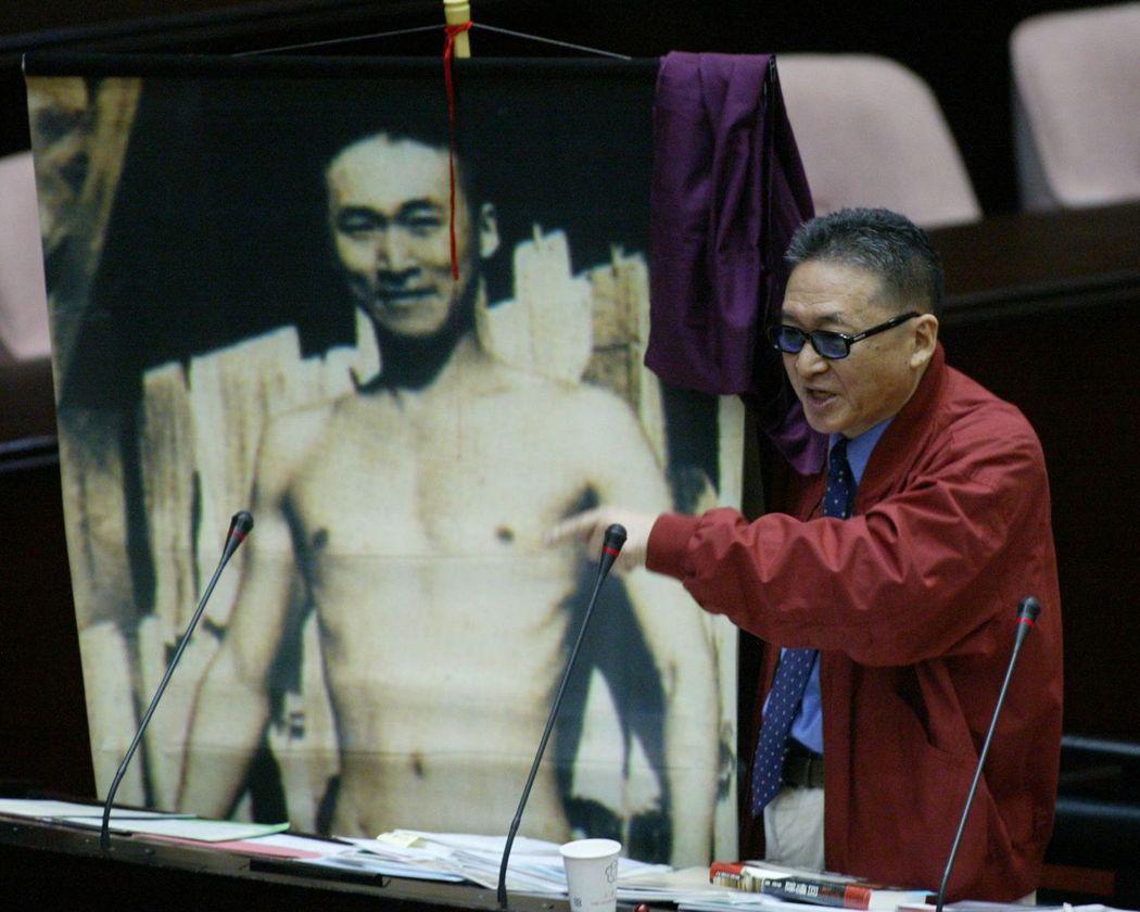 李敖質詢時拿年輕裸照,表示堅決反對軍購。 報系資料照