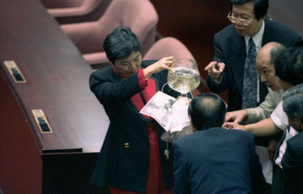 立委在院會中搬出一缸「秘雕魚」引來圍觀。 報系資料照