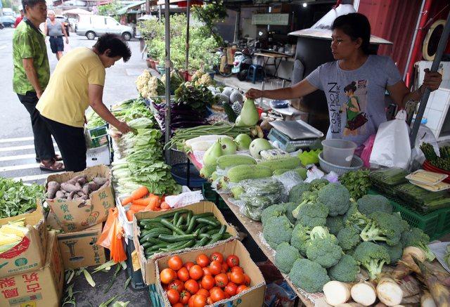 泰利路徑持續偏北,讓預期心理飆漲的菜價已回跌,民眾安心上市場買菜。