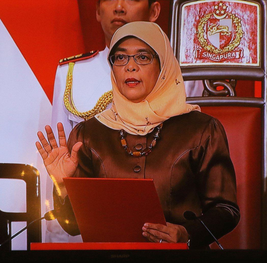 新加坡新任總統哈莉瑪(Halimah Yacob)14日傍晚在總統府宣誓就職,她...