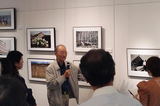 國家文藝獎得主、台灣大地特展攝影展策展人莊靈(持麥克風者),在日本東京展場為與會...