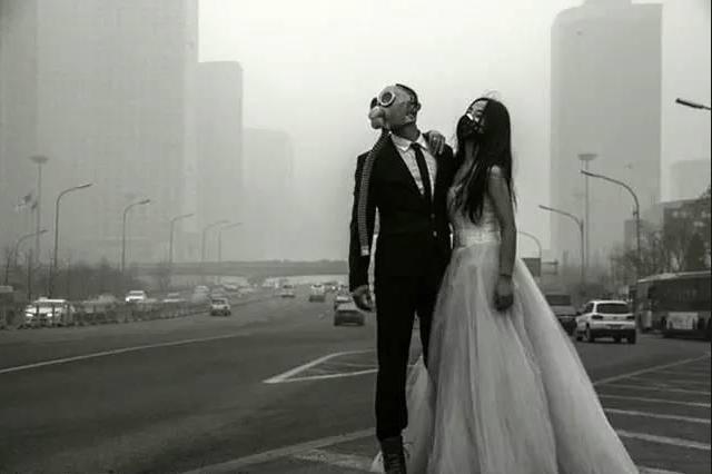 嚴重的空氣汙染,中國大陸肺癌已躍居各種癌症首位,圖中戴著口罩拍婚紗照的新人,顯得...