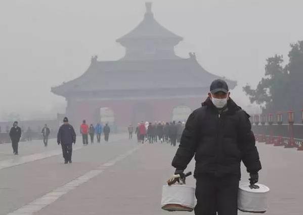 在霧霾肆虐的日子,老年人最需要改變的習慣就是晨練! (搜狐網)