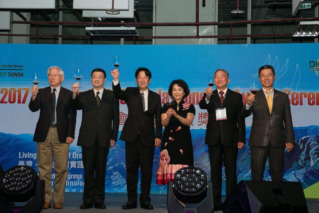 WCIT品味台灣晚宴上,行政院政務委員吳政忠(左起)、秘書長卓榮泰、院長賴清德、...