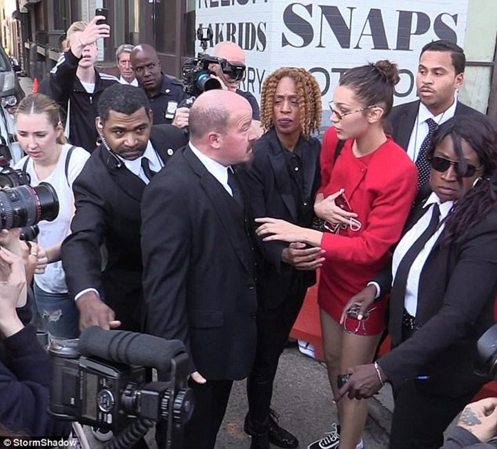Bella Hadid 叫保鑣不要碰記者。圖/擷自每日郵報