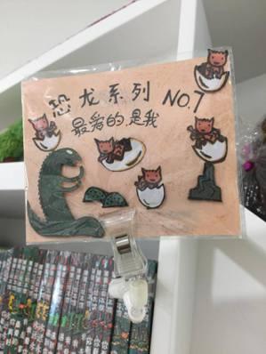 店員們手工製作的推薦標語,提供讀者們探索閱讀的沃土。