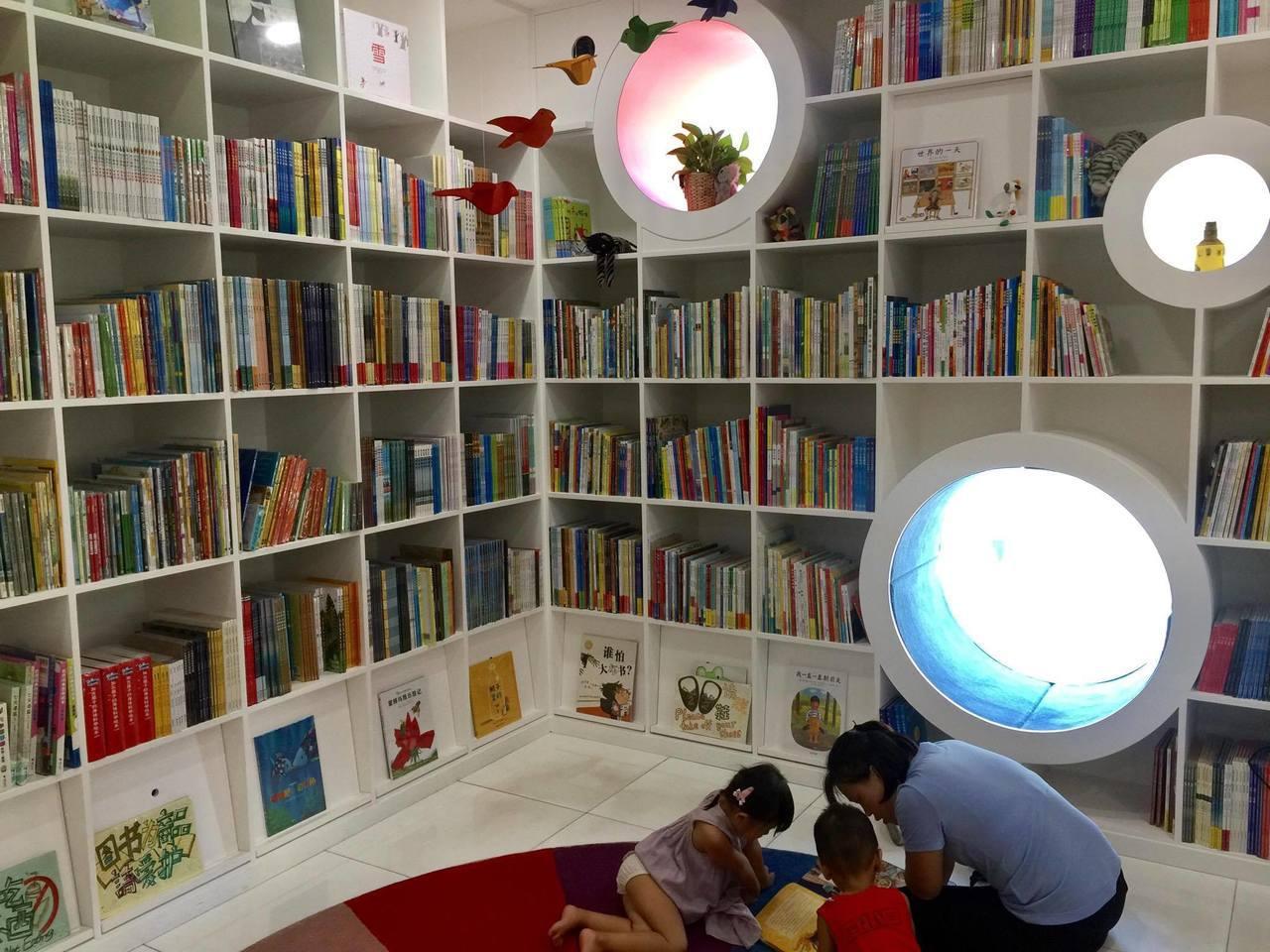 藉由實體書店的營運,大小讀者能跟著書本一頭鑽進一個專屬的幻想天地。