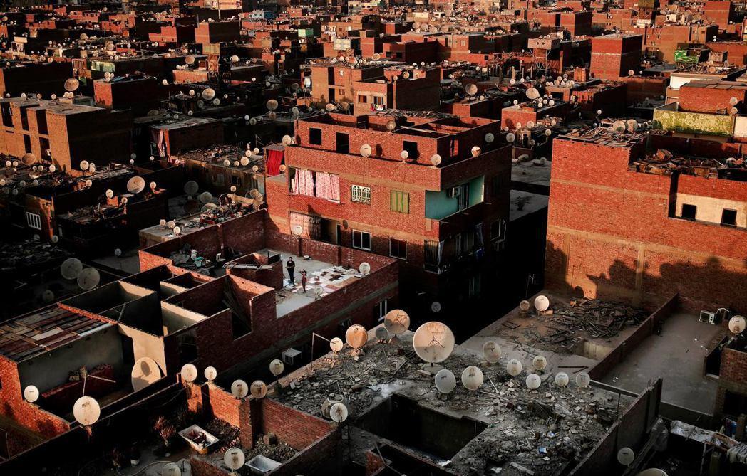 埃及屋頂的「小耳朵」,衛星電視曾被認為是煽起阿拉伯之春的重要工具。 圖/美聯社