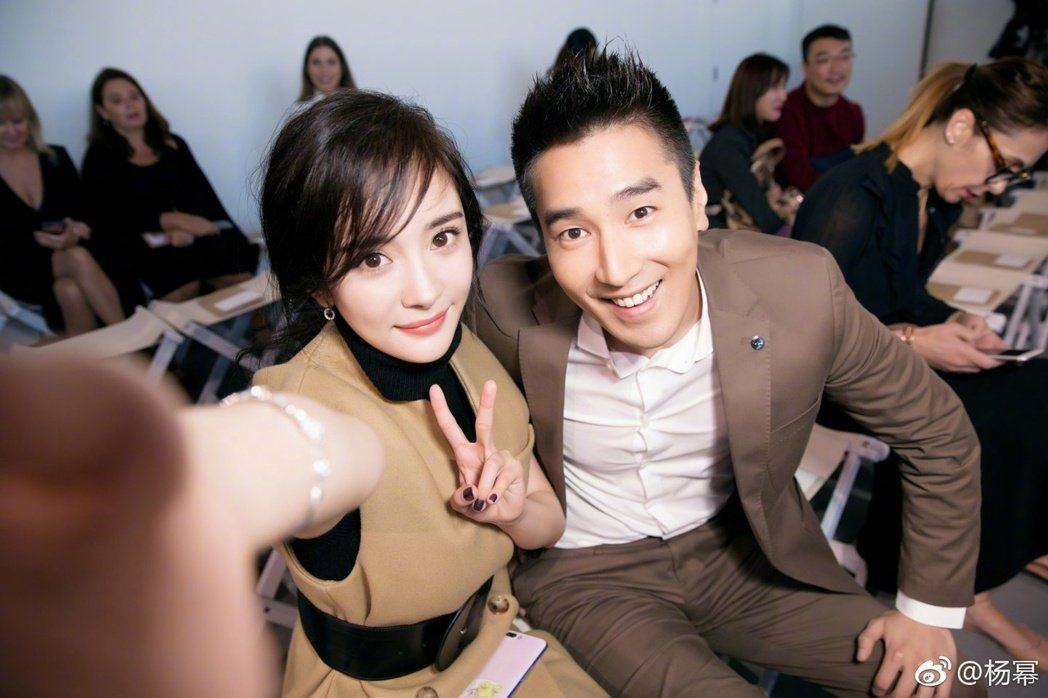 紐約時裝周上,楊冪與趙又廷偶遇還發生了小插曲。 圖/擷自微博。