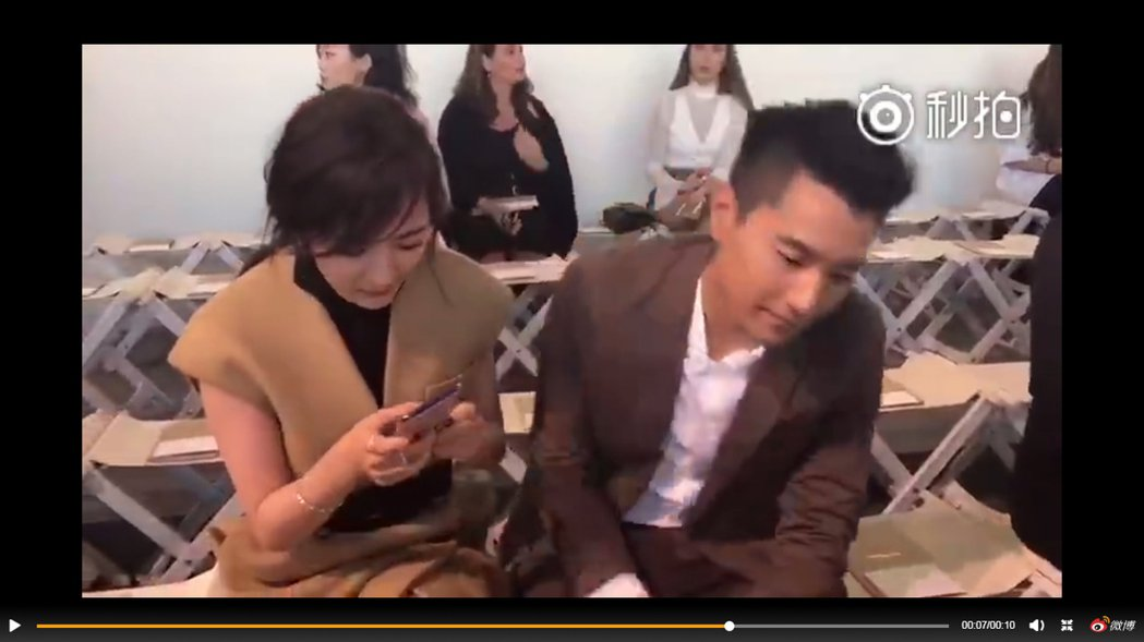 拍了第二次後,楊冪依舊下一秒就把手機搶過來,讓掌鏡的趙又廷很受傷。 圖/擷自微博...