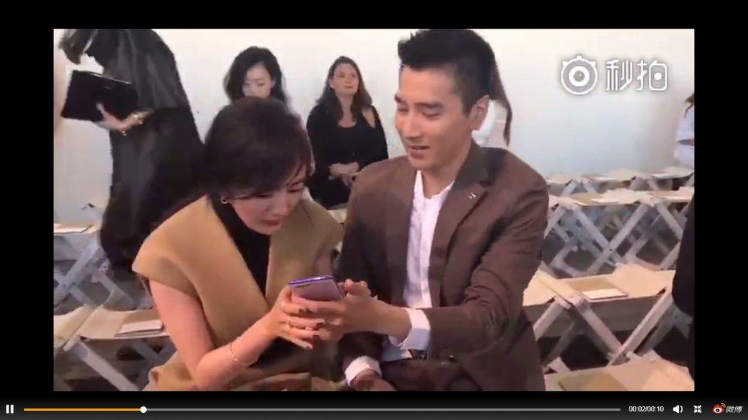 趙又廷拍照的下一秒,楊冪立刻把手機搶過來看,還有點嫌棄地發出「哎呀」的聲音。 圖...