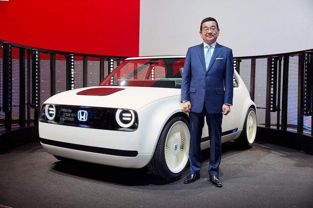 Honda Urban EV Concept與Honda CEO 八鄉隆弘。 摘自Honda