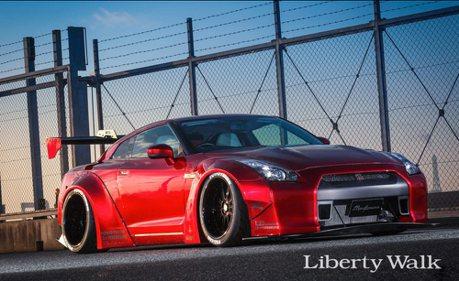 又寬又趴的寬體加持...這部東瀛戰神 Nissan GT-R 散發濃厚爆走氣息!