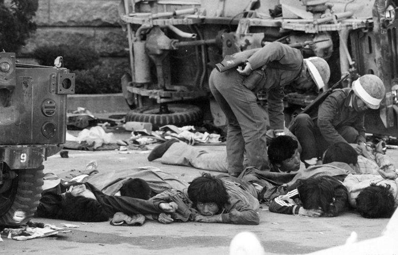 1980年5月21日,戒嚴軍開始對路上群眾用實彈開火射擊,狙擊手也瞄準示威隊伍前帶頭者,逐一開槍射殺。 圖/南國國家檔案局(韓國民主基金會)