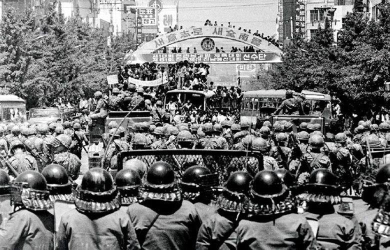 目睹戒嚴軍殘忍暴行的光州市民,對此感到憤怒,上街參與示威。 圖/南國國家檔案局(...