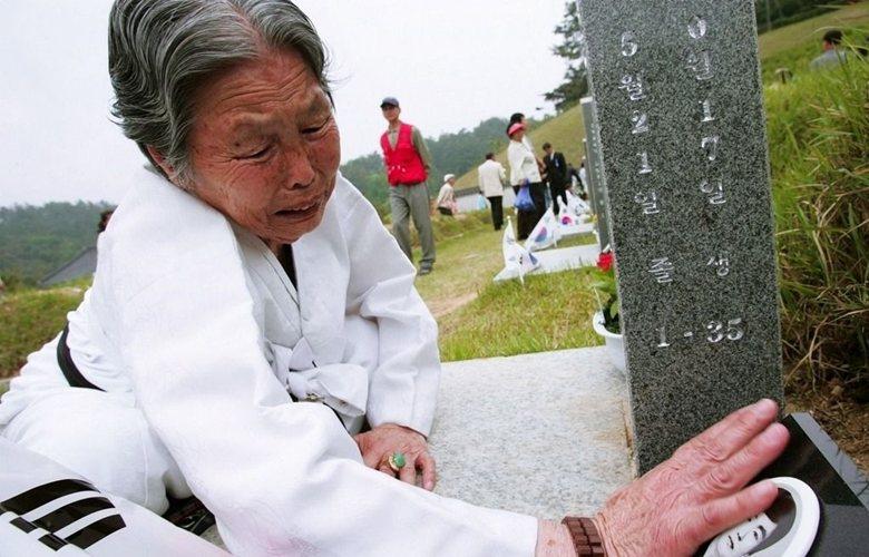 一名韓國母親在518紀念公墓,悼念自己在光州事件中罹難的兒子。 圖/歐新社