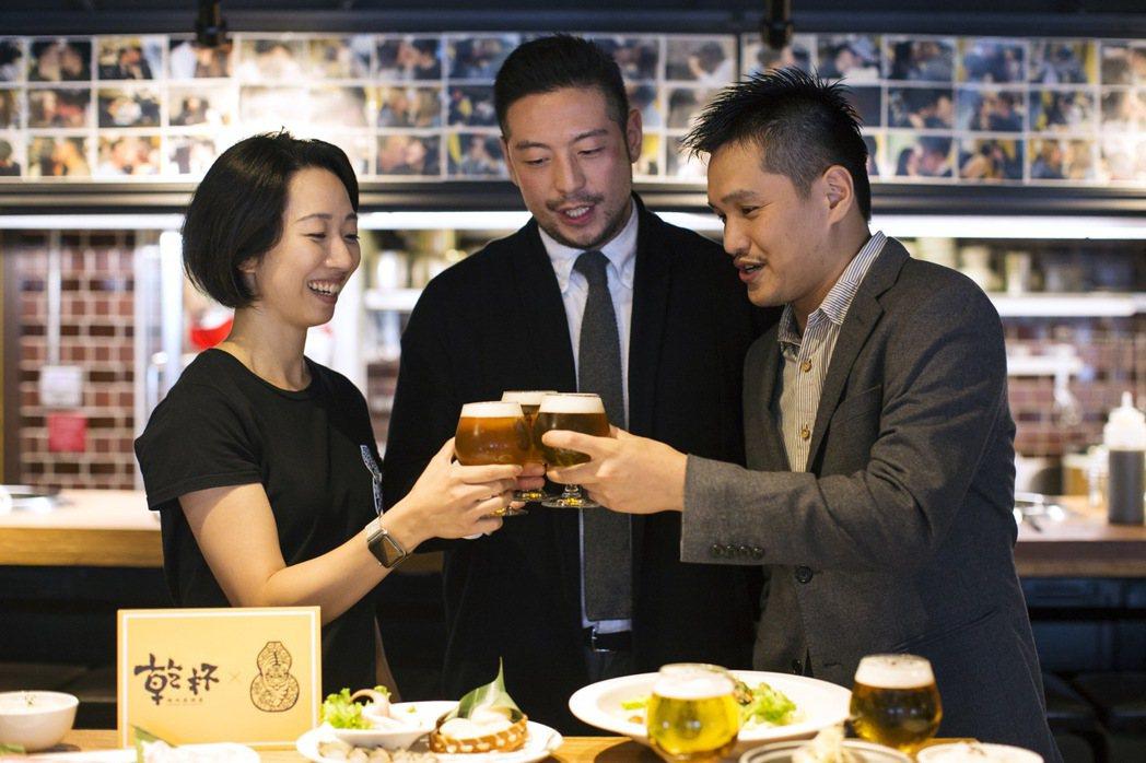 左起臺虎精釀首席釀酒師Winnie、臺虎創辦人Duke、乾杯品牌經理張展浩,共同...