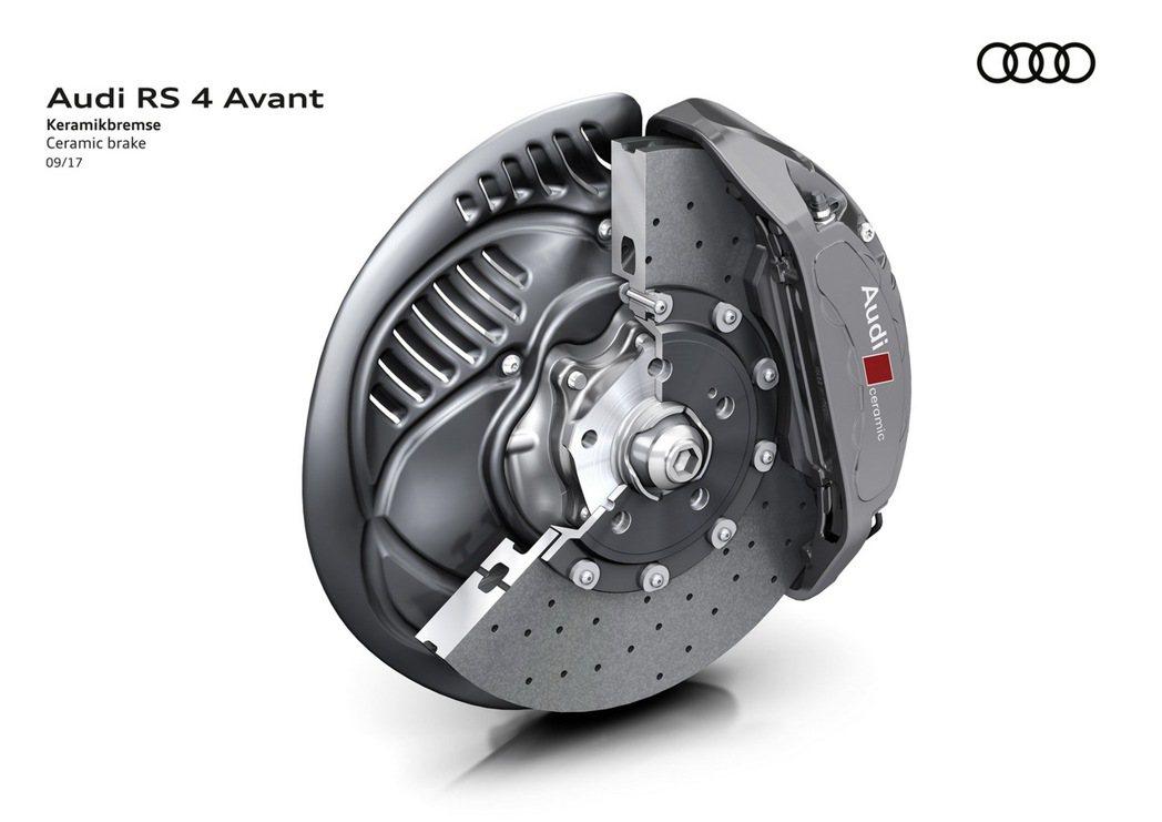 因應全新RS 4 Avant所欲營造的賽道駕駛感受,原廠提供專屬運動化DRC (Dynamic Ride Control)懸吊系統、陶瓷制動煞車系統,以及RS專屬動態轉向系統,駕駛則可透過Audi Select可程式動態系統選擇符合當下行車狀態的懸吊模式和行車模式。 圖/台灣奧迪提供
