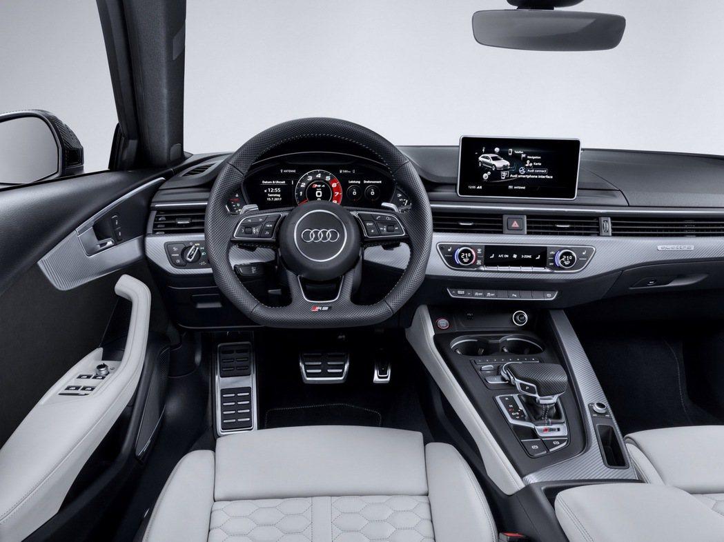 Audi獨有的Audi exclusive Nogaro 珍珠藍再次出現在RS 4 Avant車上,象徵最高性能的旅行跑車,車室內裝則以競技黑色作為標準配色。 圖/台灣奧迪提供