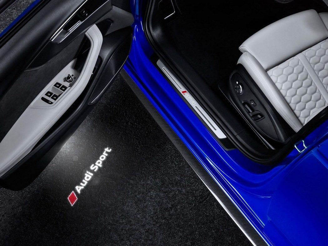 RS 4 Avant整合換檔播片的多功能競技化平底方向盤和排檔桿上均崁有專屬RS字樣。 圖/台灣奧迪提供