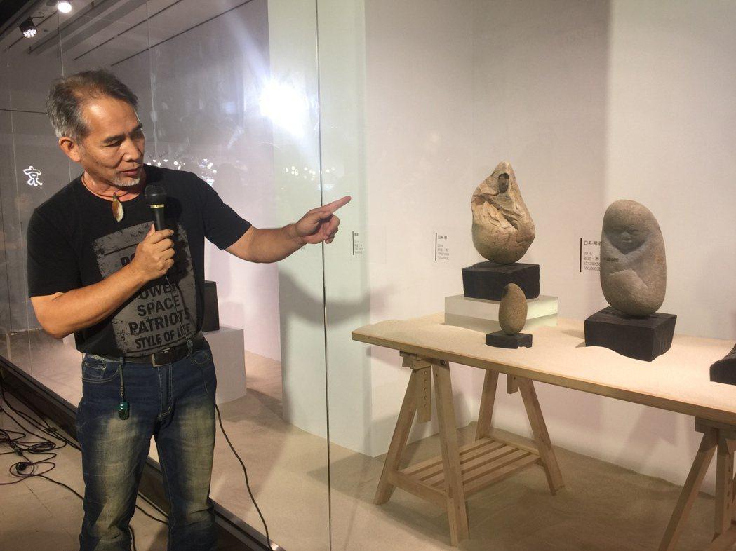 藝術家許慶福老師導覽,說明作品創作歷程。  中友時尚藝廊/提供